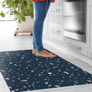 אשה-עומדת-על-שטיח